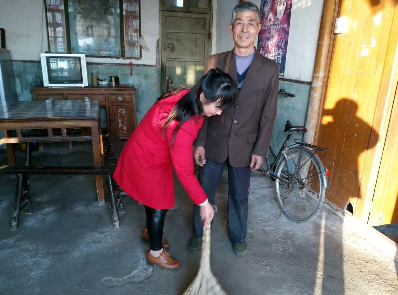 联盟村妇女主任张传香走访失独家庭龚永元家,帮老人扫地上,打扫卫生.图片